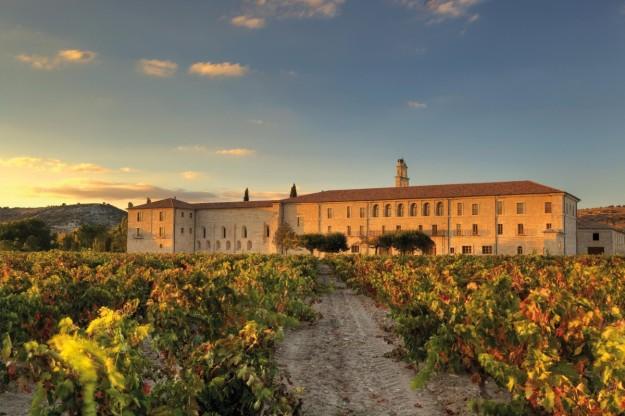 La Abadía Retuerta Le Domaine se rodea de infinitos campos de viñedos y se baña en una luz inigualable.