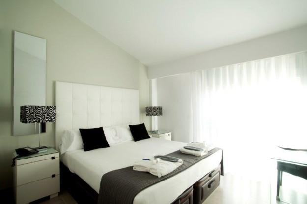 Y al caer la noche, descansa en las acogedoras habitaciones de Hotel Spa Niwa.