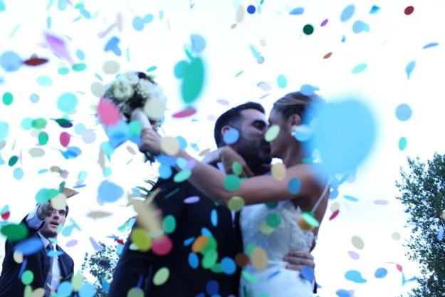novios entre confetti