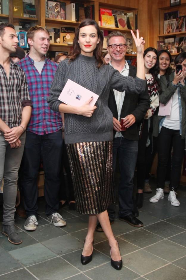 Alexa Chung con falda lápiz metalizada y jersey tricot.