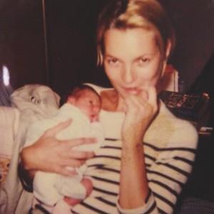 Iris publicó en su Instagram esta imagen de ella de bebé con su madrina, Kate Moss.