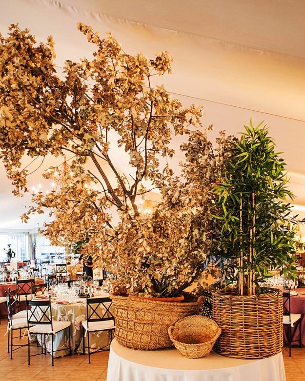 decoración interior con cestas de mimbre y flores secas.