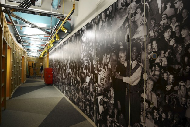 Un mural con escenas culturales de los 60 adorna uno de los pasillos de las oficinas.