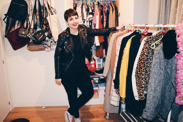 La estilista Cynthia Bagué muestra parte de sus prendas de ropa.