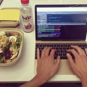 Imagen de la modelo Karlie Kloss en sus clases de código web.