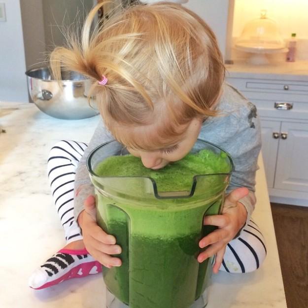 La hija de Gisele Bundchen bebiendo un batido verde.