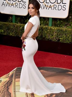 Eva Longoria luciendo curvas y escote en la espalda en los Globos de Oro.
