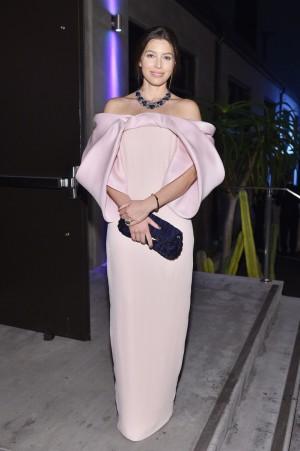La actriz Jessica Biel con vestido de Monse en la fala Baby2Baby en Los Angeles.