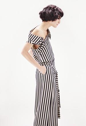 Imagen realizada por NET-A-PORTER de una modelo con un vestido camisero a rayas de Monse.