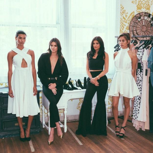 Kendall y Kylie Jenner están inmersas en un nuevo proyecto: las hermanas acaban de crear su propia colección de ropa, que verá la luz el día 8 de febrero en una fiesta de presentación que se celebrará días antes de la New York Fashion Week.