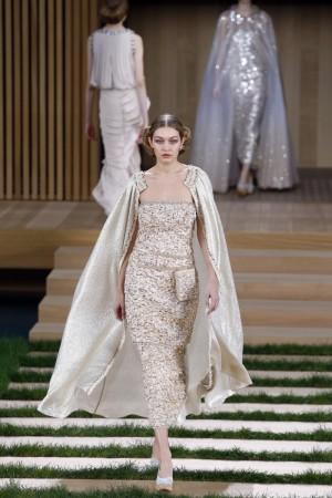 La modelo Gigi Hadid en el desfile de Chanel Alta Costura Primavera Verano 2016.
