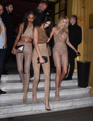 Joan Smalls, Kendall Jenner y Lily Donaldson con el color al que los blancos denominan nude en la Paris Fashion Week de septiembre.