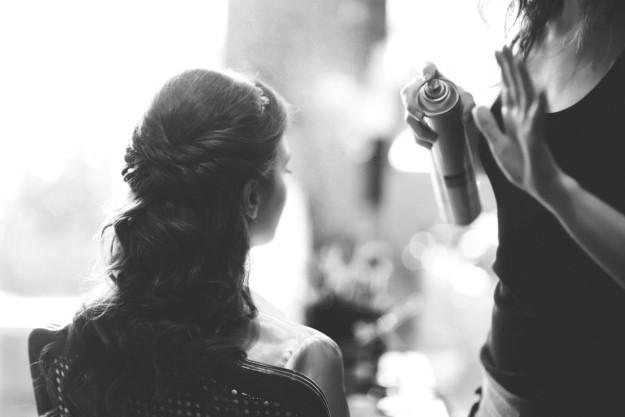 novia peinándose