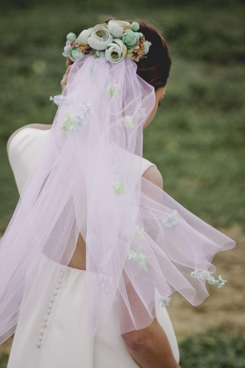 50c15d0b65 Una novia velada camina hacia el altar... Nadie puede ver claramente su  sonrisa. Es una de las opciones más clásicas que vuelve a arrasar esta  temporada.