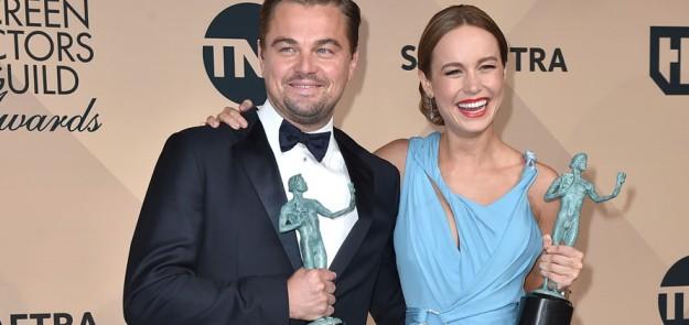 Leonardo DiCaprio y Brie Larson posando con su premio SAG.