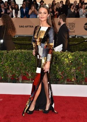 La actriz Alicia Vikander en la alfombra roja de los SAG.
