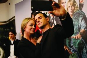 Christine Taylor y Justin Theroux en pleno selfie en el estreno de Zoolander 2 en Madrid.