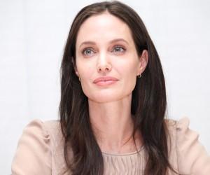 Angelina Jolie se somete a una doble mactectomía preventiva en la lucha contra el cáncer.