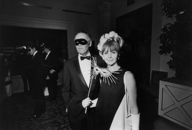 El actor estadounidense Henry Fonda y su quinta esposa, Shirlee Mae Adams, en el Black & White Ball de Truman Capote en el Grand Ballroom del Hotel Plaza de Nueva York.