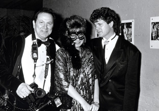 Ron Galella, Maria Burton y Steve Carson durantel Baile de Máscaras de octubre de 1987, en un club nocturno en la ciudad de Nueva York.