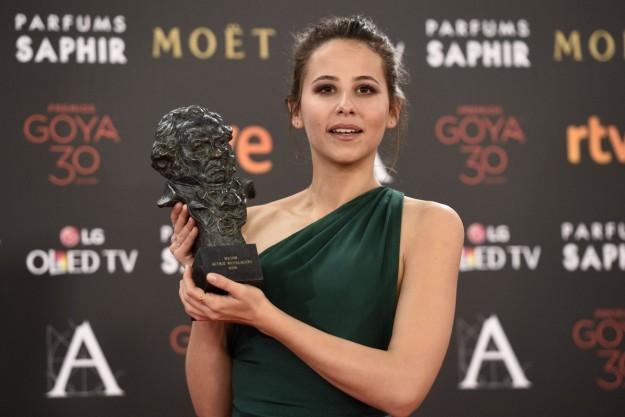 Irene Escolar con su estatuilla del Premio Goya a Mejor Actriz Revelación 2016.