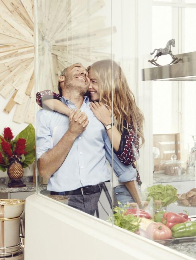 Alex Corretja y Martina Klein en la cocina de su casa.