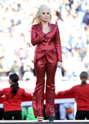 Lady Gaga con su esmoquin de Gucci y plataformas con la bandera de USA en su actuación en la Super Bowl 2016.