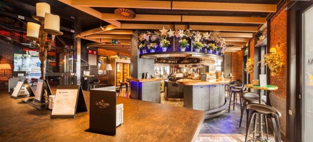 La barra elíptica que te recibe en La Máquina de Jorge Juan es el lugar perfecto para un aperitivo o cóctel.