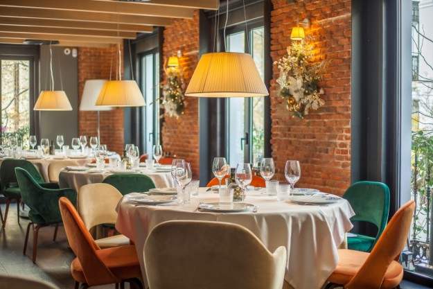 La sala principal de La Máquina de Jorge Juan es el escenario de comidas de negocio o cenas en pareja, entre otras ocasiones especiales..