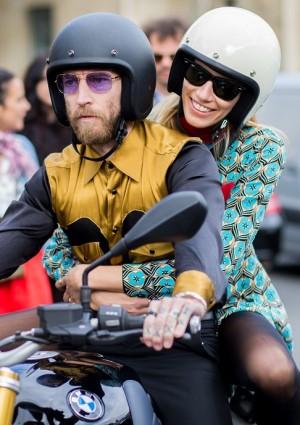 Justin O'Shea y Veronika Heilbrunner pillados en moto por las calles de París durante la semana de la moda de París en octubre de 2015.