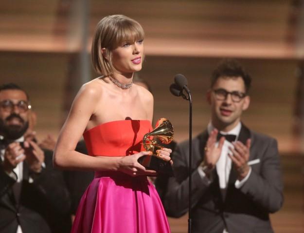 Taylor Swift recogiendo ayer su premio Grammy.