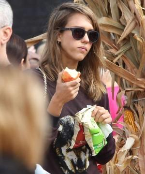 Jessica Alba comiendo una manzana