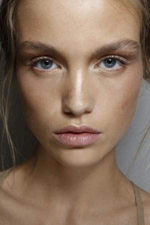 Se llevan los rostros al natural sin apenas color, llenos de luz y de frescura.