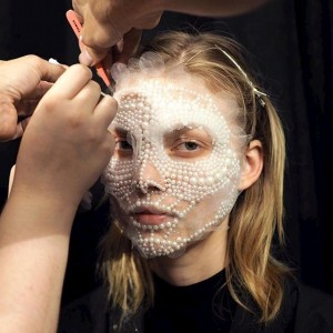 Cinco horas fueron necesarias para la creación de las impresionantes máscaras de joya en el desfile primavera-verano de Givenchy.