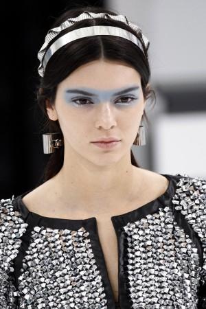 El azul cielo en forma de antifaz protagonizó las miradas de las modelos en el desfile de Chanel, de la mano de Mauro Saccoccini.