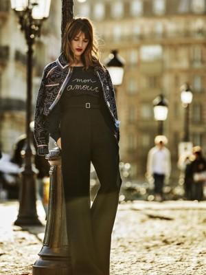 Jeanne Damas encarna el estilo de la nueva parisina: clásico con notas de ironía.
