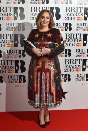 Adele con sus estatuillas en los Brit Awards.