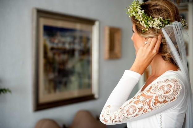 novia con corona de flores naturales