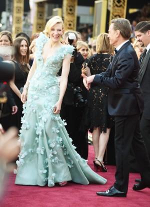 Cate Blanchett con vestido cuajado de pétalos y cristales firmado por Armani Privé.
