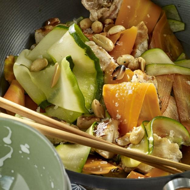 Noodles de calabacín y zanahorias al wok.