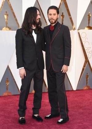 Alessandro Michele con Jared Leto en la alfombra roja de los Oscars 2016.