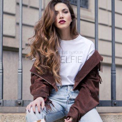 La blogger Negin Mirsalehi presenta su línea de cabello... con miel