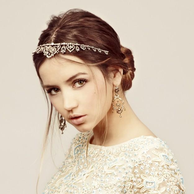 Ana de Armas vestida de novia con tiara de cristales en el pelo.