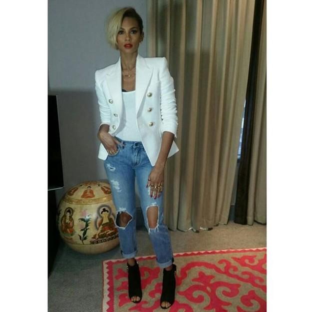Jeans, blazer y altísimos tacones componen su outfit perfecto.