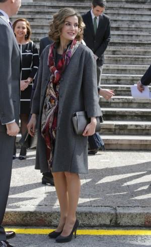 La Reina Letizia en la exposición de Cervantes de la Biblioteca Nacional con vestido de Felipe Varela y abrigo de Nina Ricci