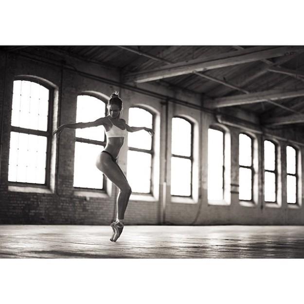 Candice Swanepoel haciendo ballet.