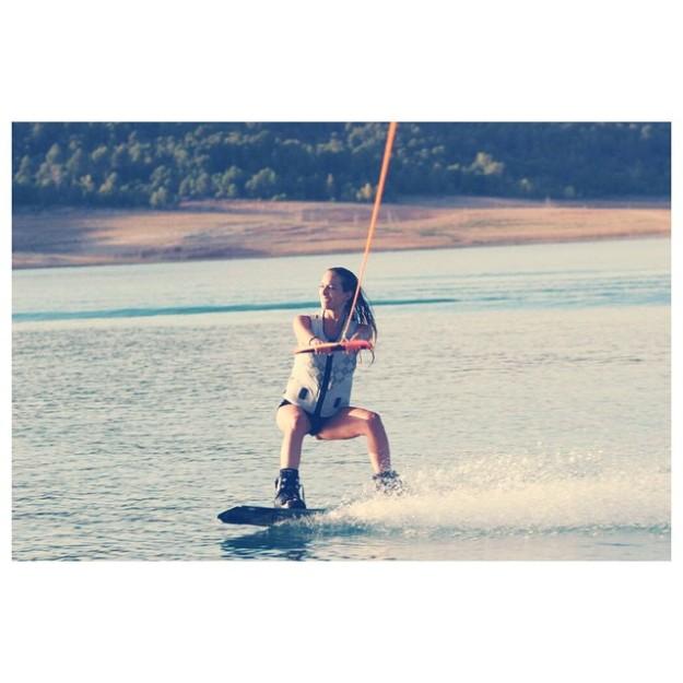 Kira Miró practicando wakeboard.