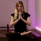 Las posturas de yoga que te ayudarán a dormir mejor