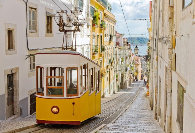 Recorre las calles de la capital portuguesa y vive una experiencia única en Lisboa. Sumérgete en la cultura vecina desde 330 euros por persona.