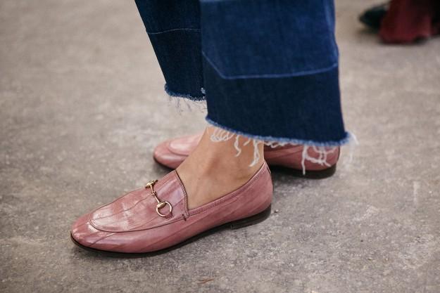 Unos cropped jeans deshilachados en el street style de Paris Fashion Week.